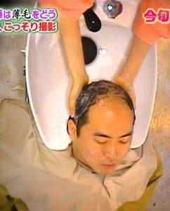 斎藤さん、シャンプー中。