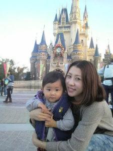 奥さまの真由美さんと息子さん。 典拠:ご本人ブログより