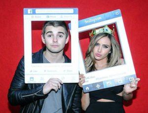 「最も内面と外身が美しい女性」というタイトルでライアンとの写真を貼るアレックス