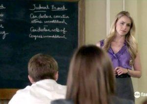 『プリティ・リトル・ライアーズ』出演中のアマンダ。 こんな先生だと、授業にも身が入らないぜ! 典拠: Zimbio