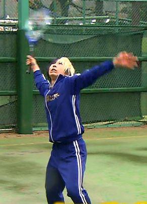 テニスラケットを振る歌広さんの図