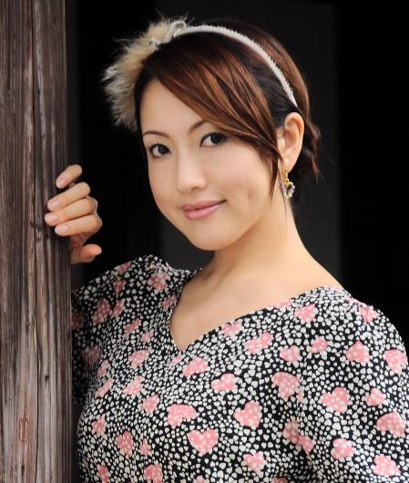 こちらの、案山子に顔を描いたような、平安っぽい女性が、浮気相手とされる元タレント・宮沢さん