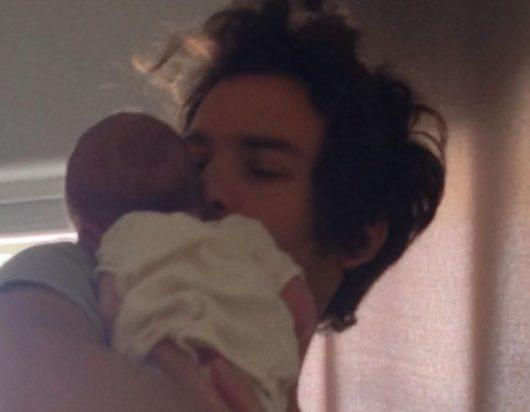 4月に生まれたばかりの息子さん。 典拠: サンティ自身のInstagram